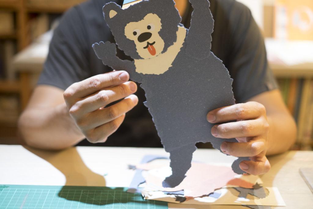 王慶富曾創作出動物造型的海報,當中的動物全是在紙上手撕出來的。