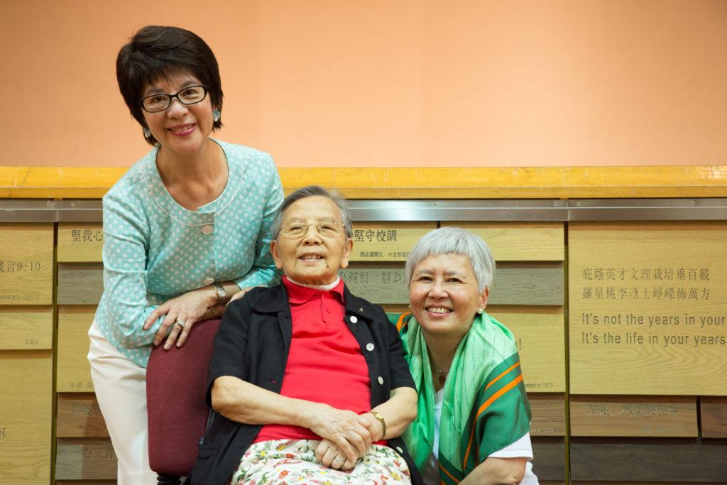 三位大師姐一起話當年,朱教仁(中)曾在庇理羅士第一代校舍的小學部上課,而俞宗怡(右)就經歷過校舍搬遷的日子,陳少霞(左)則參與過學校大型歌劇演出。