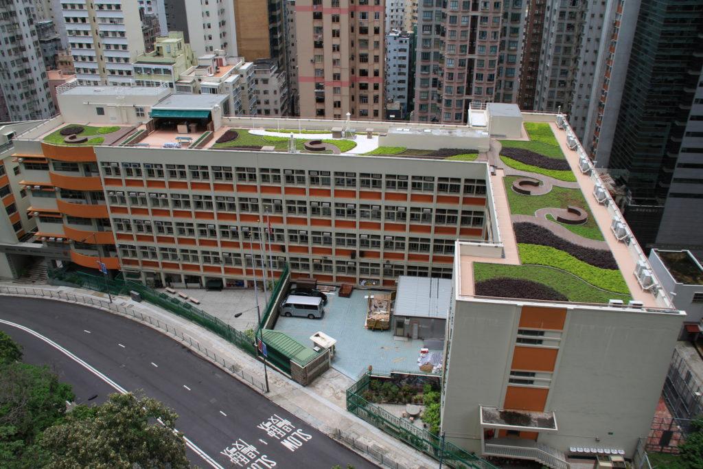 庇理羅士主要由兩幢大樓所組成─L型課室及禮堂暨行政與體育大樓,並設有綠化環保天台。