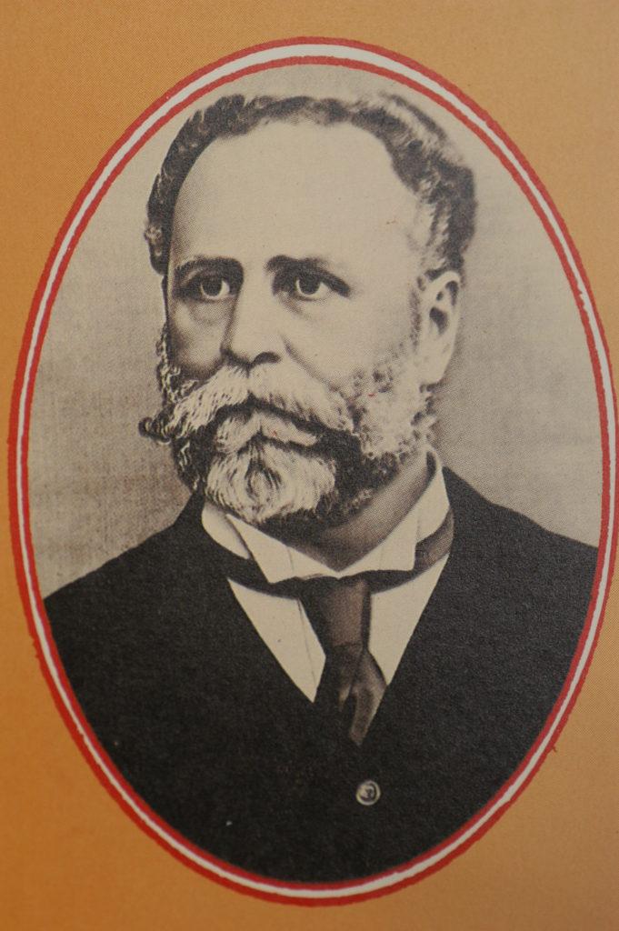 猶太裔慈善家庇理羅士成為首位以私人名義捐款興建學校的人,其後不少學校相繼仿效其做法。