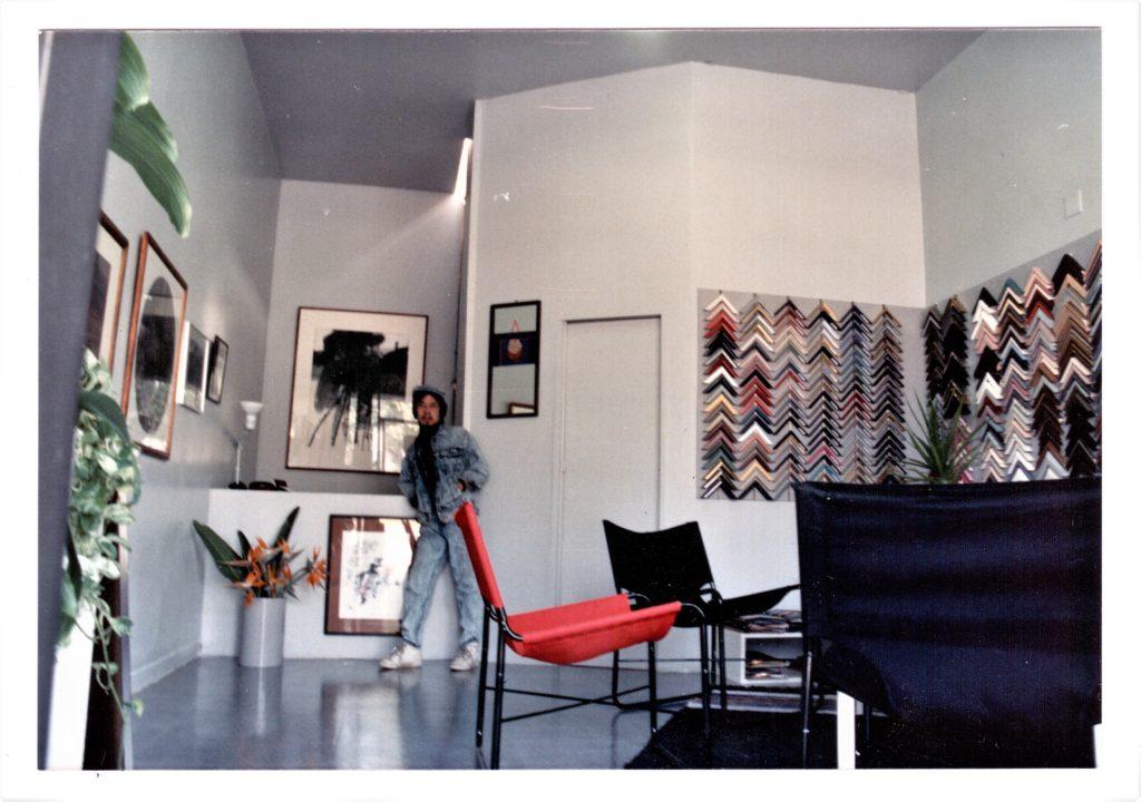 傳達書屋後半是畫廊及鑲畫工場,暗門之後是私人空間,也是嚴先生「玩音響」的地方。