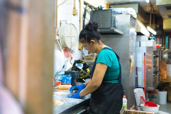 麵包店只有她一人全職工作,所以搓粉、造餡、送貨等,都由她親力親為,凡事一腳踢。