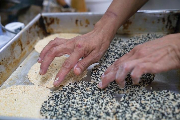 Anoy除了做傳統中式餅食外,近日也發揮創意,把黑白芝麻混合起來,做出新口味的芝麻餅,香氣獨特。