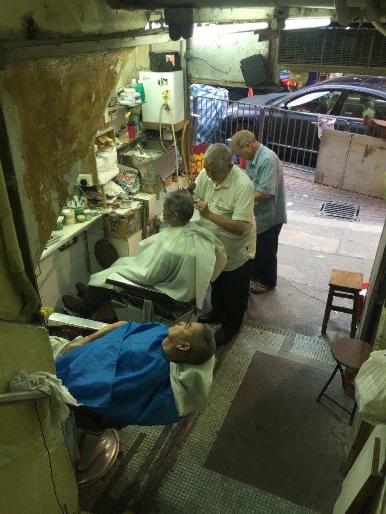 樓梯舖容得下各行各業,包括上海理髮。