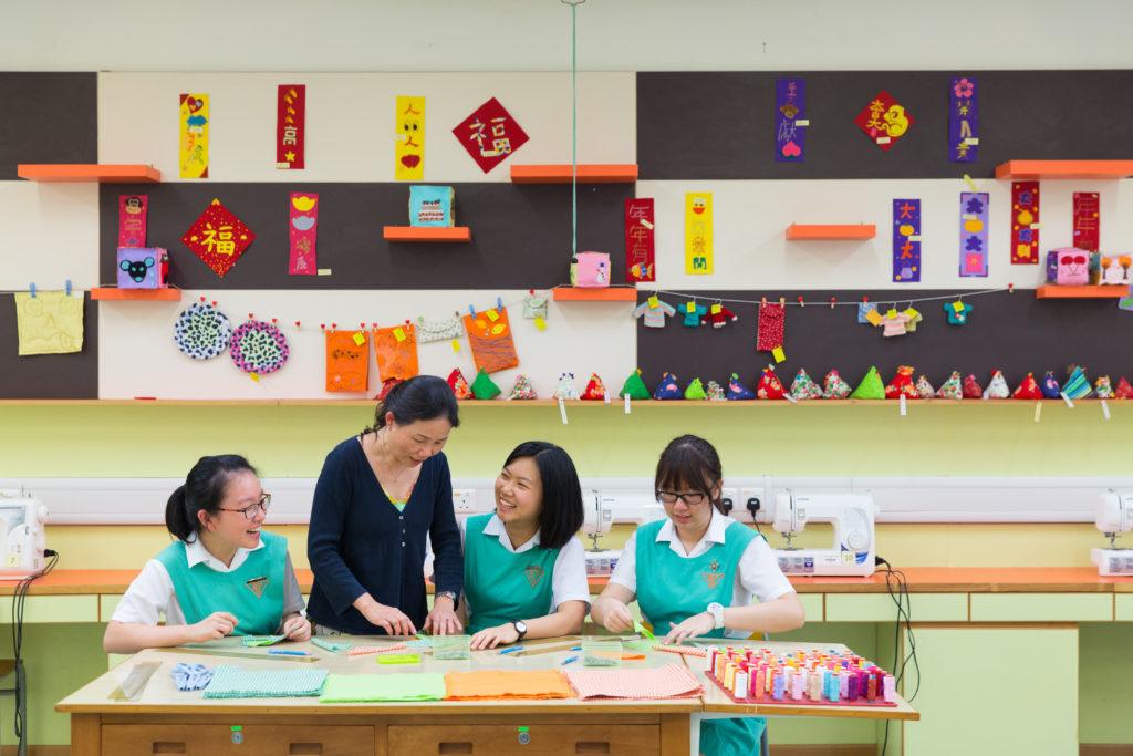 Helen(右二)和Althea(左一)兩人都希望能成為醫生,並指學校中一開始推行「生涯規劃」,讓她們更早開始着手裝備自己未來的職業路向。