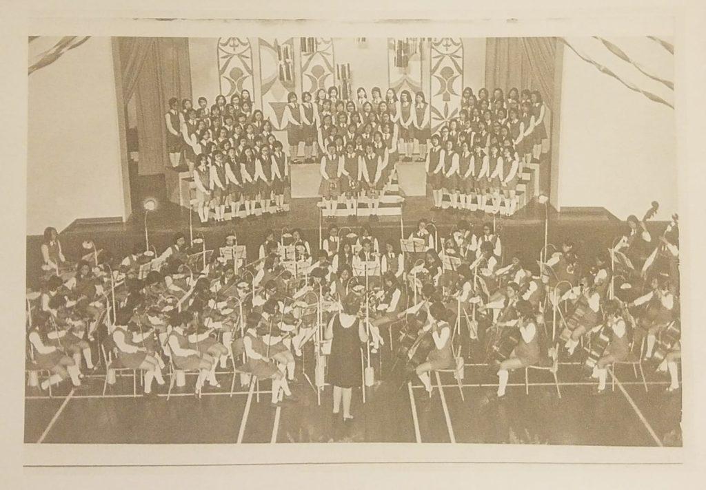 庇理羅士的交響樂團於1971年成立,那時已是80人的大型樂團。