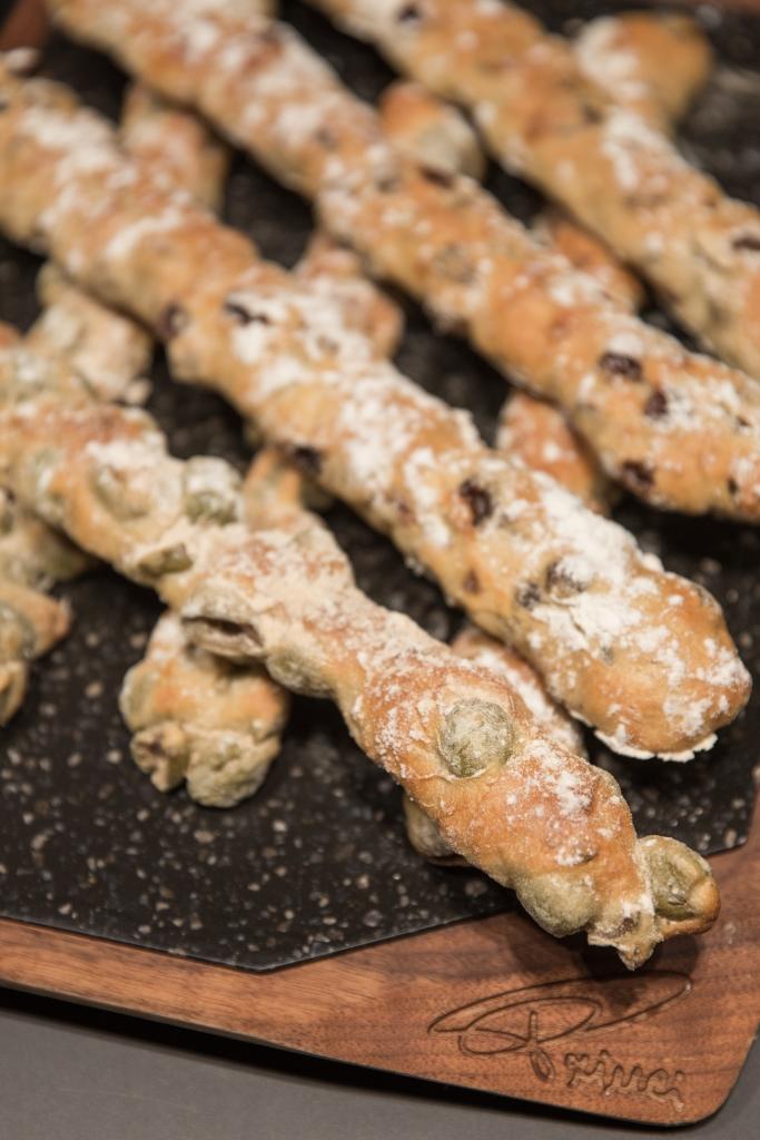 橄欖斯弗拉提 // 吃來像 baguette,只是柔韌感比較重一點;而青橄欖的香氣,清新討好。(RMB¥42)