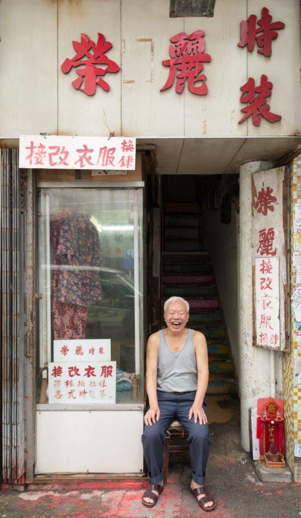 店主曾生專造女裝,櫥窗掛有他造給太太的衣服。