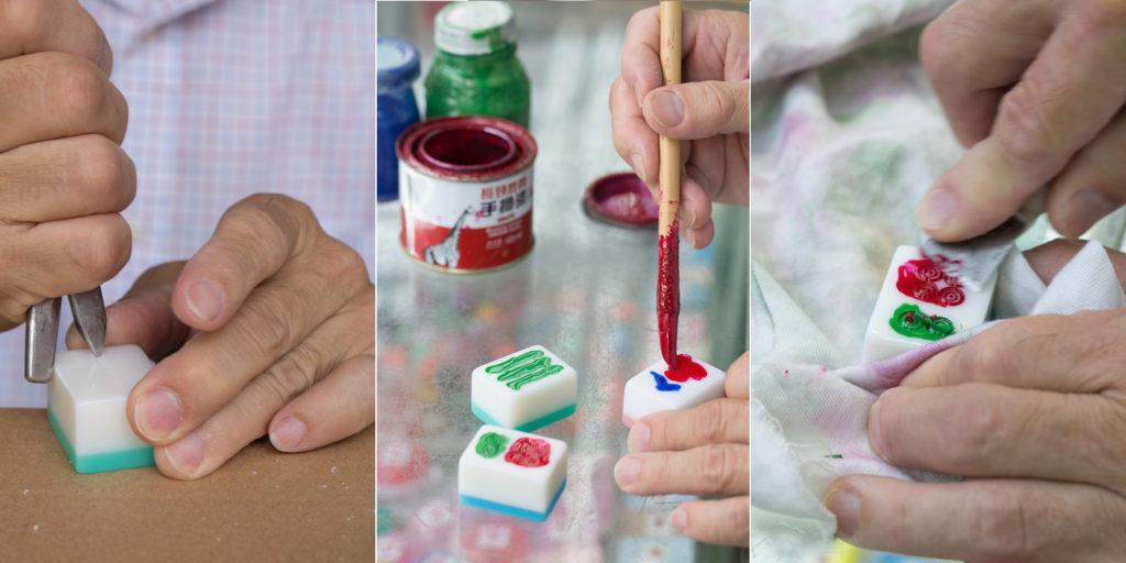 (左至右)雕刻索子、用漆上色、刮去多餘顏料。