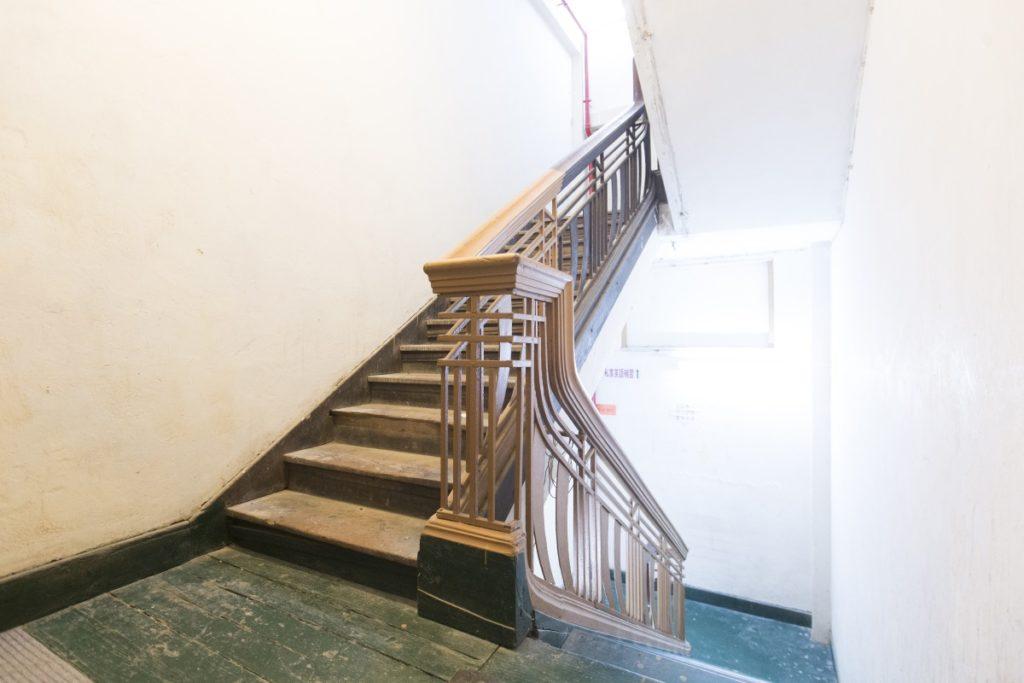 第四代唐樓是四至六層樓高,樓梯採用「狗髀梯」( dog legged stairs )設計,比起以往用一條長長樓梯直長安全,而且節省空間。
