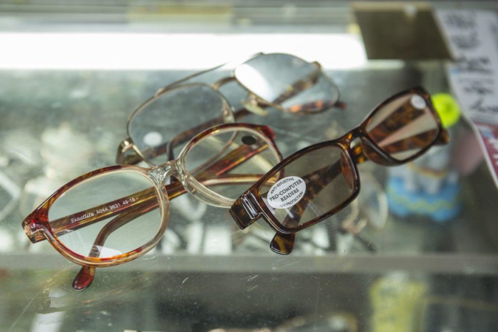 店內主要賣老花眼鏡,服務區內老人家,也有年輕人買來給已過身的長者。