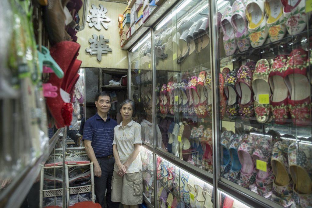 蘇生、蘇太自上世紀八十年代接手經營鞋店,身後的招牌和店名從沒改變。