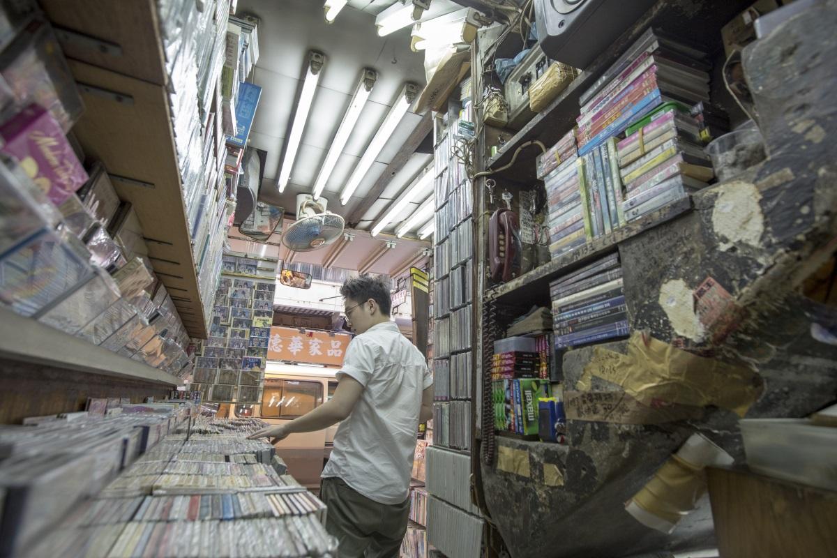 兒子阿昊趁有空便來顧店,是在樓梯舖少見的年輕面孔。