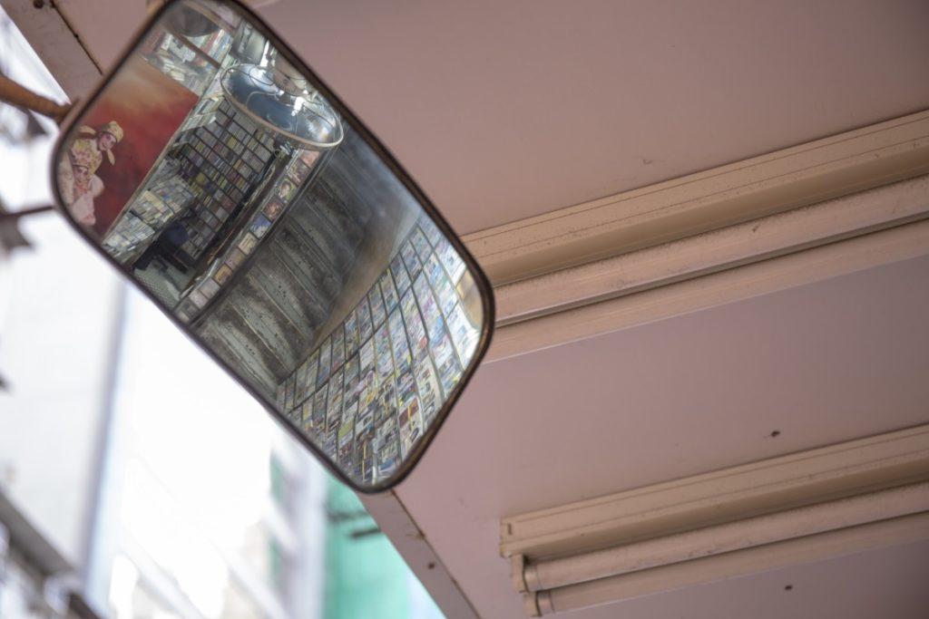為求心安,店前裝設了防盜鏡。