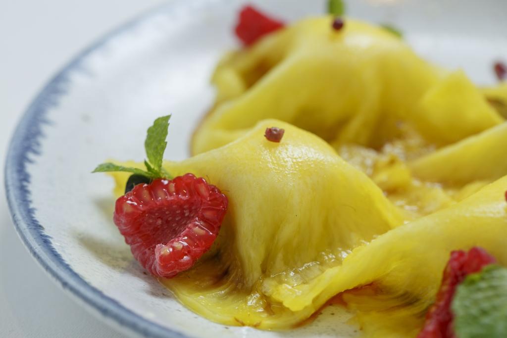 菠蘿薄片配開心果海綿蛋糕