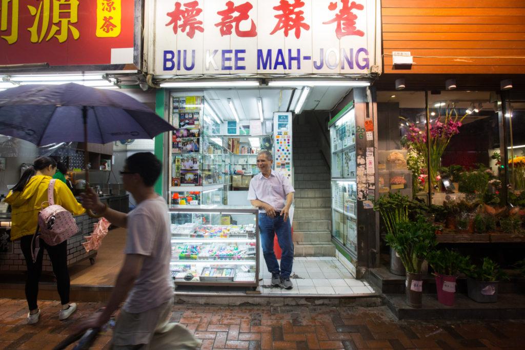 景叔常常在舖前守候顧客,或與人閒聊。