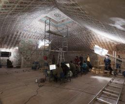 研究人員在第61號窟以數碼拍攝壁畫作日後參考(孫志軍攝)