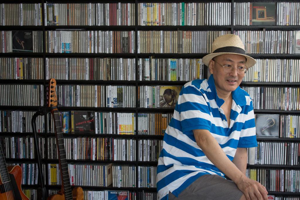 鍾慶龍由八十年代起開始玩藍調結他。直至今日,依然在香港不同地方演出。