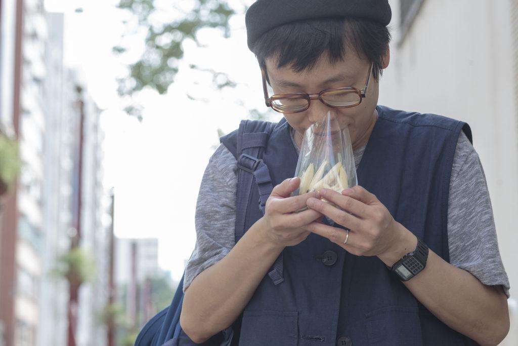 每一次回港,謝嘉敏也會到太子買一袋外婆喜歡的白蘭花,嗅嗅那份香氣,才覺得自己回來了。