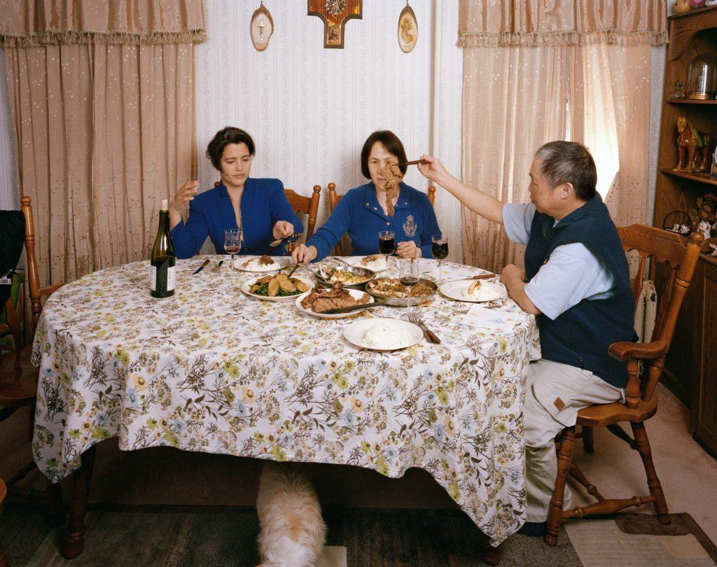 四年前,謝嘉敏在美國拍下太太與父母共膳的一幕。