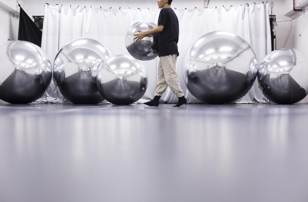《遙遙之城》的六個銀色反光球體象徵着西西弗斯的「大石」。
