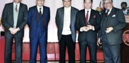 1985年《明報》17周年報慶。左一為王世瑜先生。
