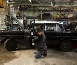 圖中這架是成哥的第二部Benz,已經噴好油,萬事俱備,只欠成哥維修的動力。