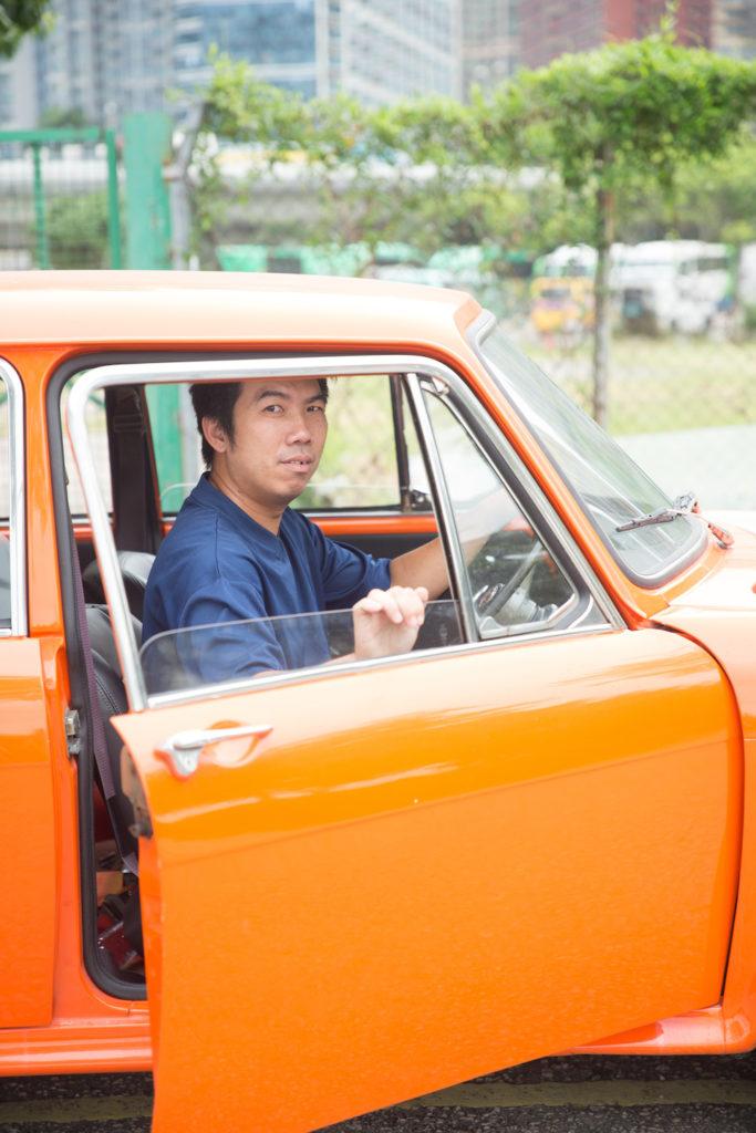 黃章鴻常笑說開古董車就是為了「貪慕虛榮、耀武揚威」,可是拍攝當日,他只穿着一身T恤短褲人字拖。