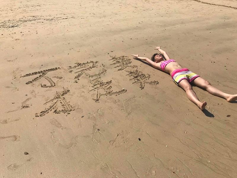 割掉乳房前,她決定與她來個最後相處,如到沙灘穿比堅尼。(相片由受訪者提供)