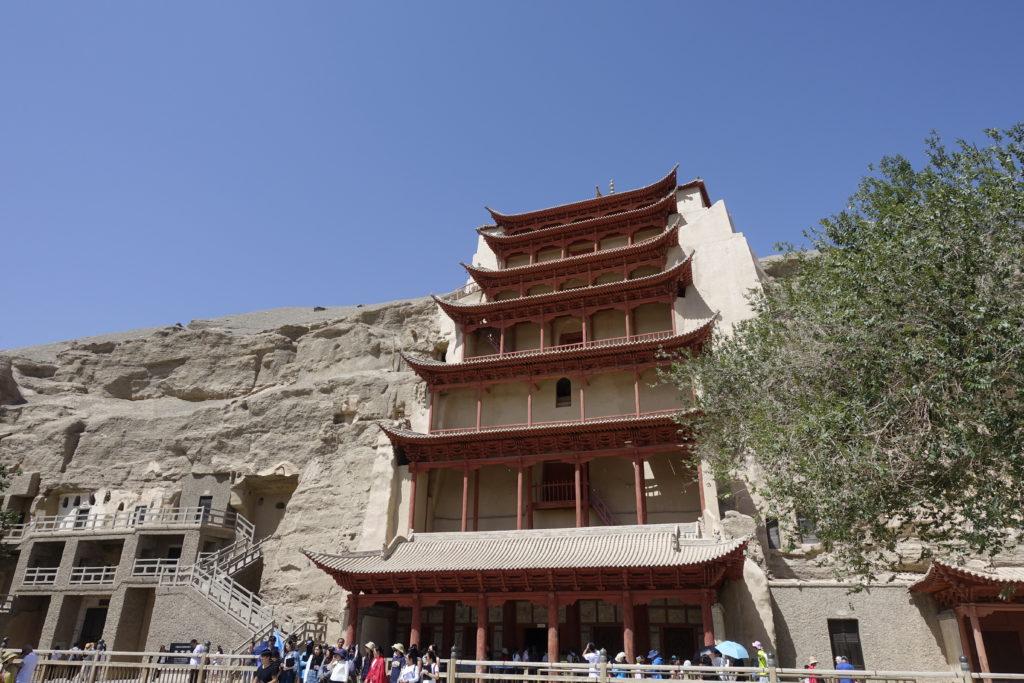 這座第九層樓是莫高窟的地標建築,其內藏了一座建於34.5米高的大佛。