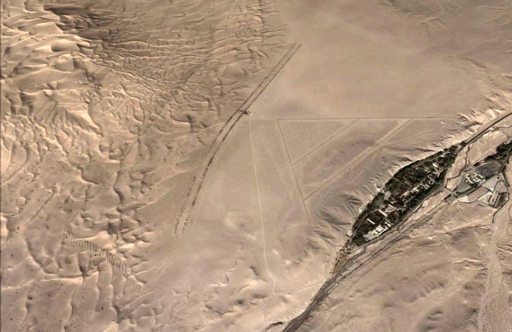 由高空拍攝下的莫高窟,四周被沙漠包圍。(孫志軍攝)
