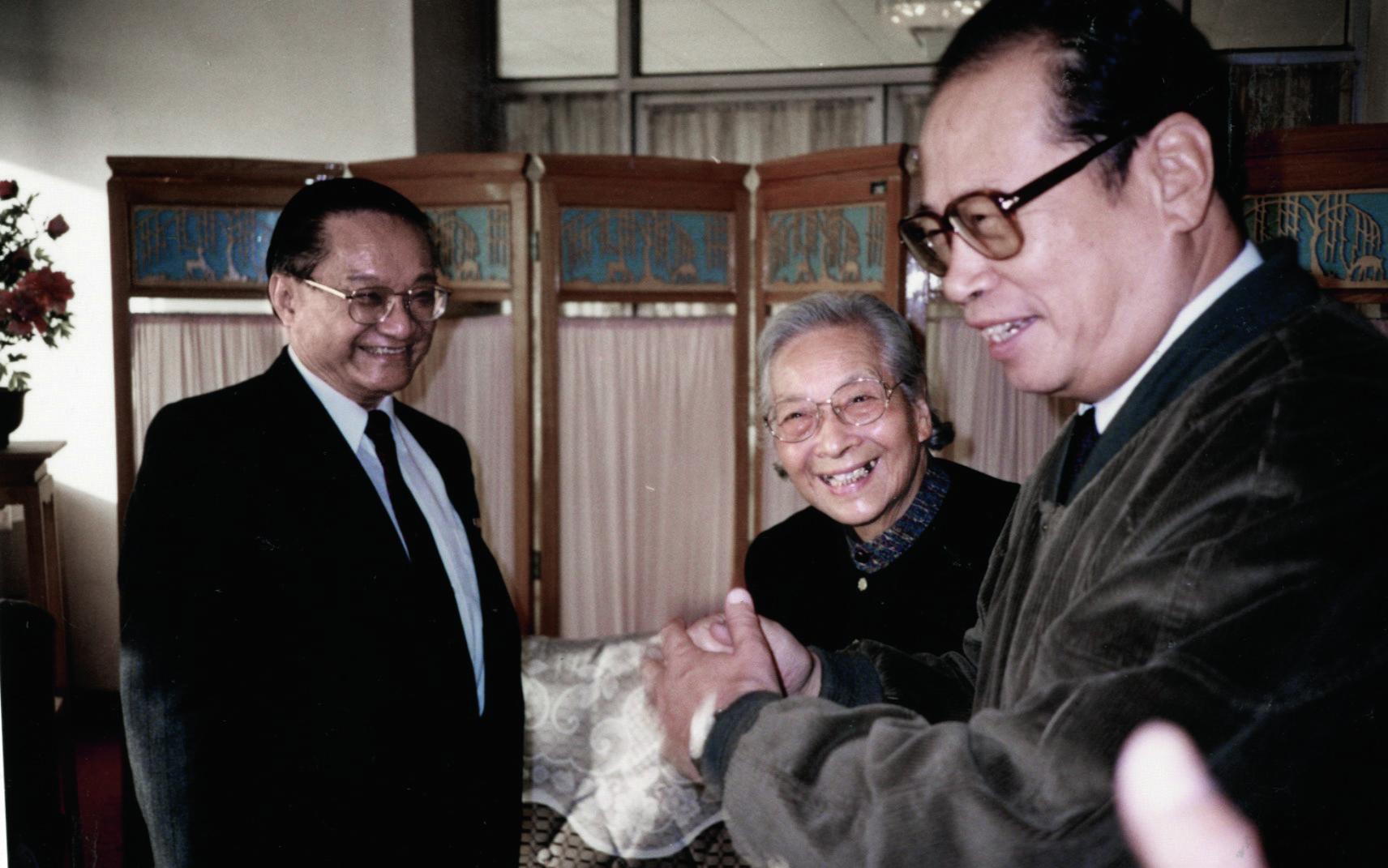 1995年10月25日,同為基本法起草委員的查良鏞跟雷潔瓊和周南聚首一堂,從各人笑容可知感情熟稔。 中新社