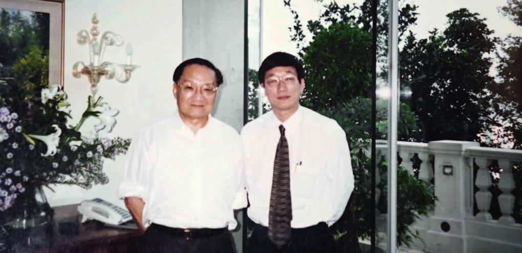 1996年9月金庸做過心臟搭橋手術後在家中靜養,作者往金庸家中拜訪。(圖片由張圭陽先生提供)