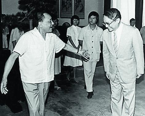 1981年,查良鏞於人民大會堂獲鄧小平接見,從此踏上從政路。