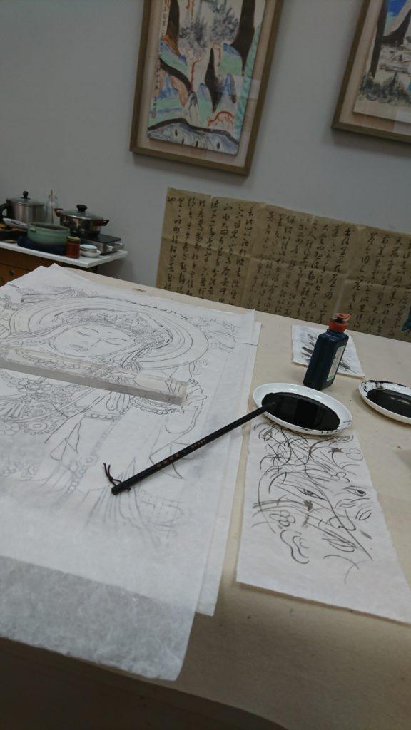 指從前學習水墨畫的老師說,用色愈少愈好,故對中國畫的印象以黑白色調為主,但當她看到用色大膽的壁畫,足叫她深刻難忘。