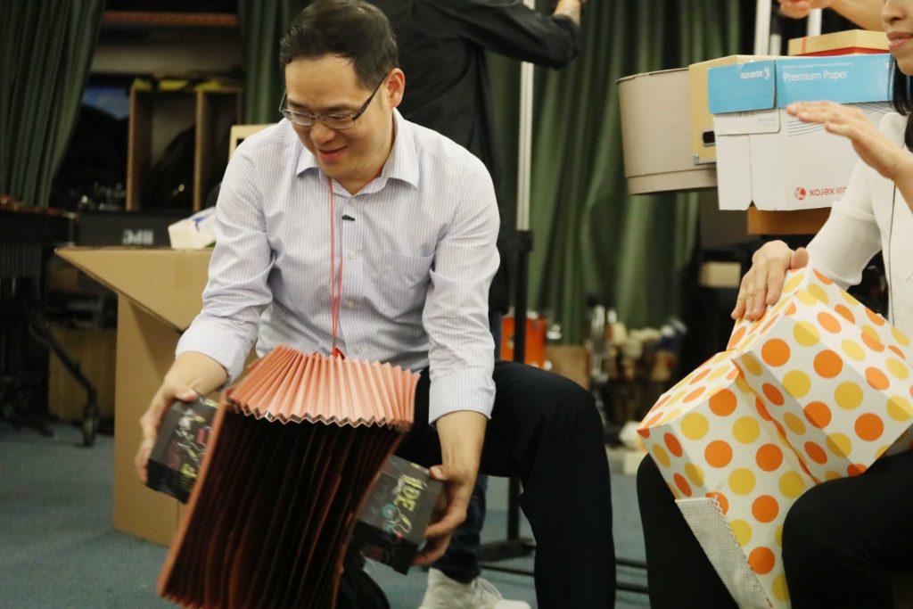 龍向榮是香港敲擊樂中心的藝術總監,研究用紙做樂器十多年。