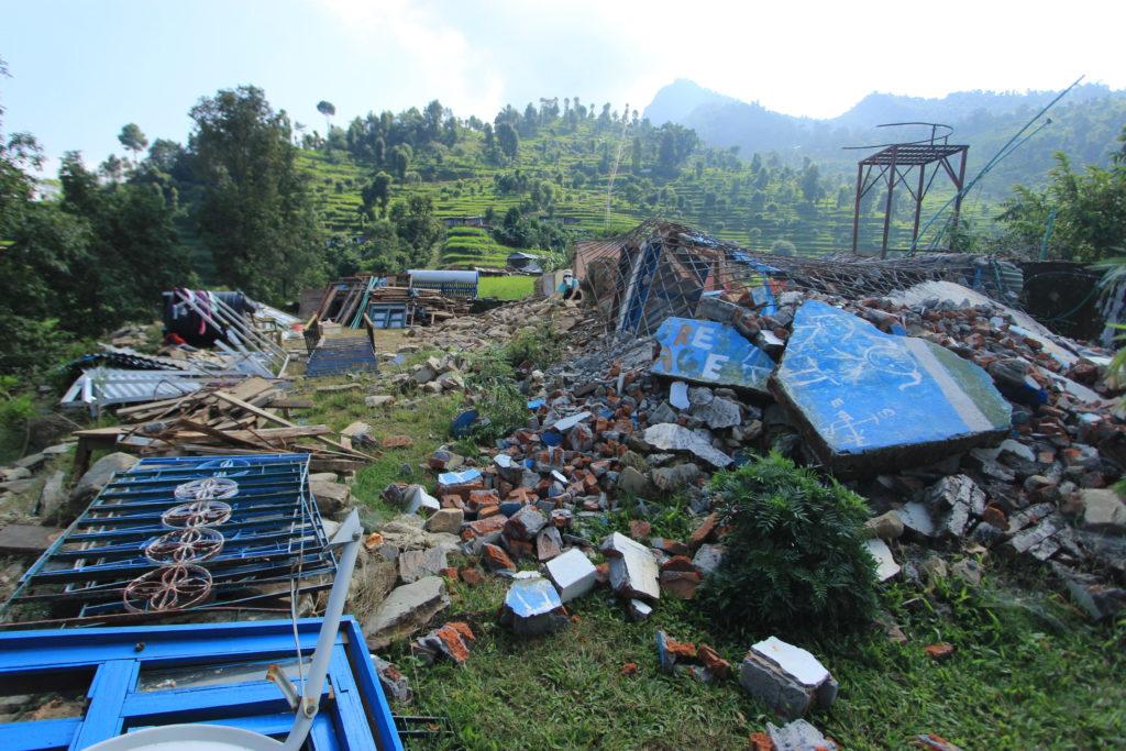 年前的大地震,把「未來之村」震成了頹垣敗瓦。
