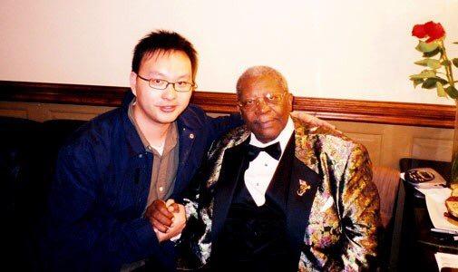 鍾一匡(左)是香港藍調口琴家,他也曾於48街演出。圖為他與美國藍調音樂家B.B. King的合照。(圖片由受訪者提供)