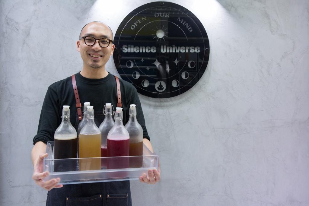 123456 開一家養生涼茶店是Mac多年來的夢想,去年尾他終於在葵涌廣場創業。