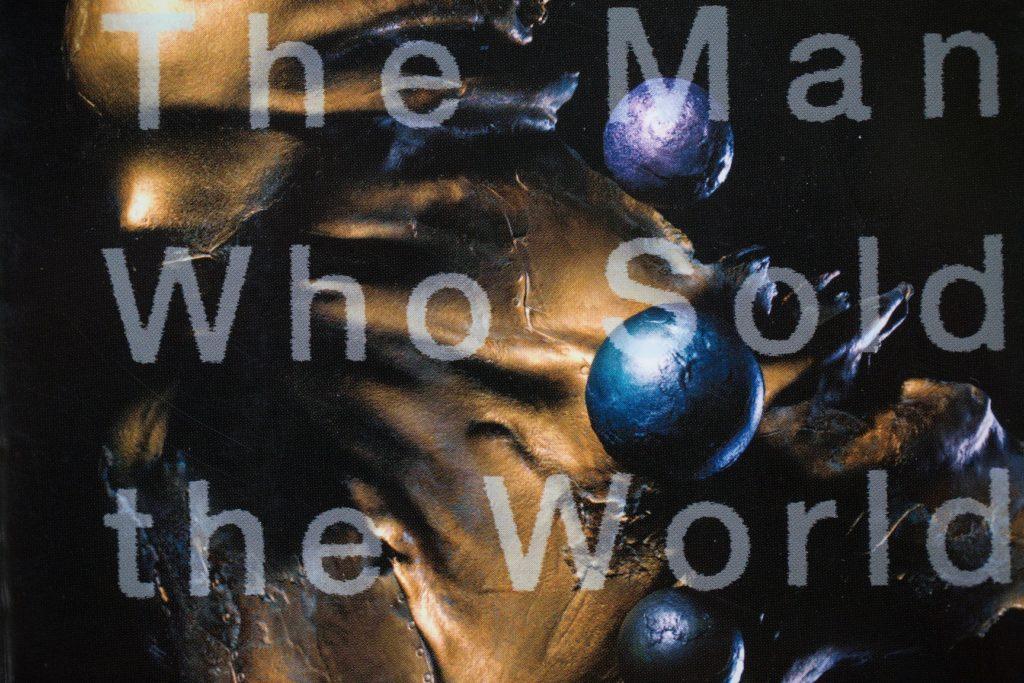 日文版小說《世界を売った男》﹙圖為封面﹚是他首度進軍日本出版界的作品。