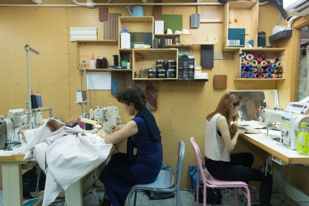 Made in Sample工作室內有一間小小的縫紉室,兩代媽媽便在此共同工作。