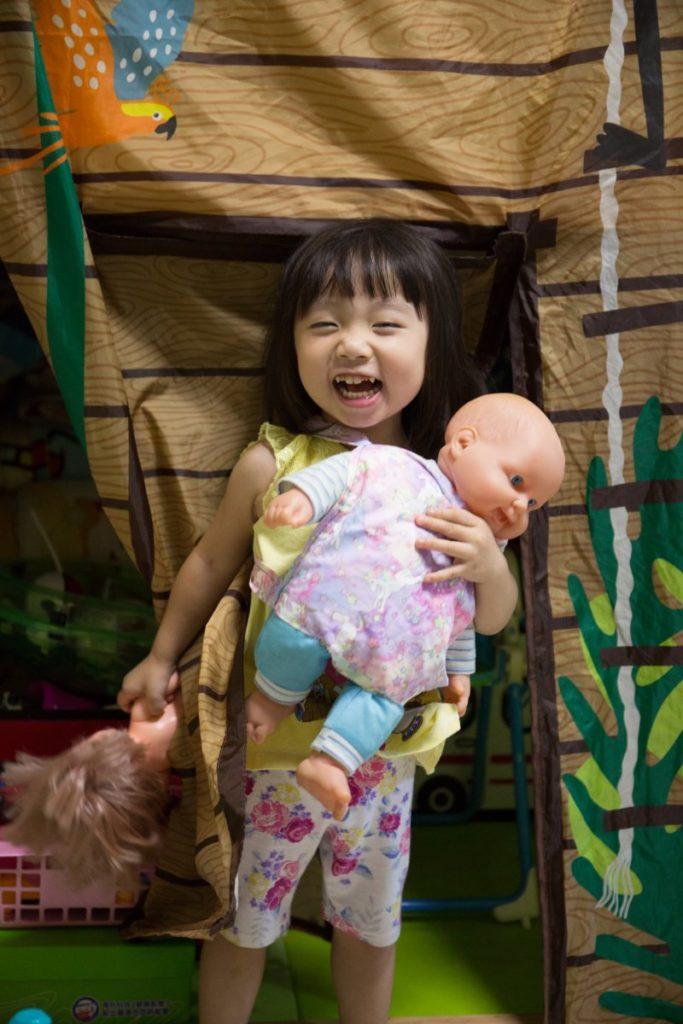 她前陣子更為女兒的玩偶車製揹帶,讓女兒樂上半天。