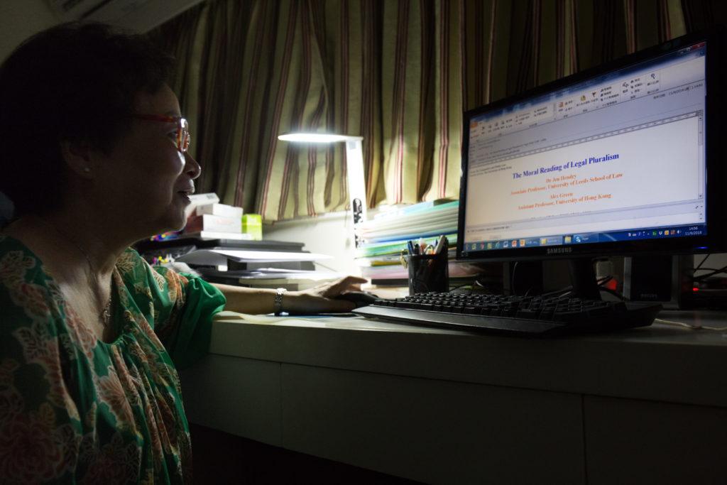 雖然年屆七旬,但Edith卻精力無限,白天除跟不同義工團體機構開會,晚上在家更可邊看着電視,邊回覆電郵處理文件,往往做到凌晨3、4時才入睡。