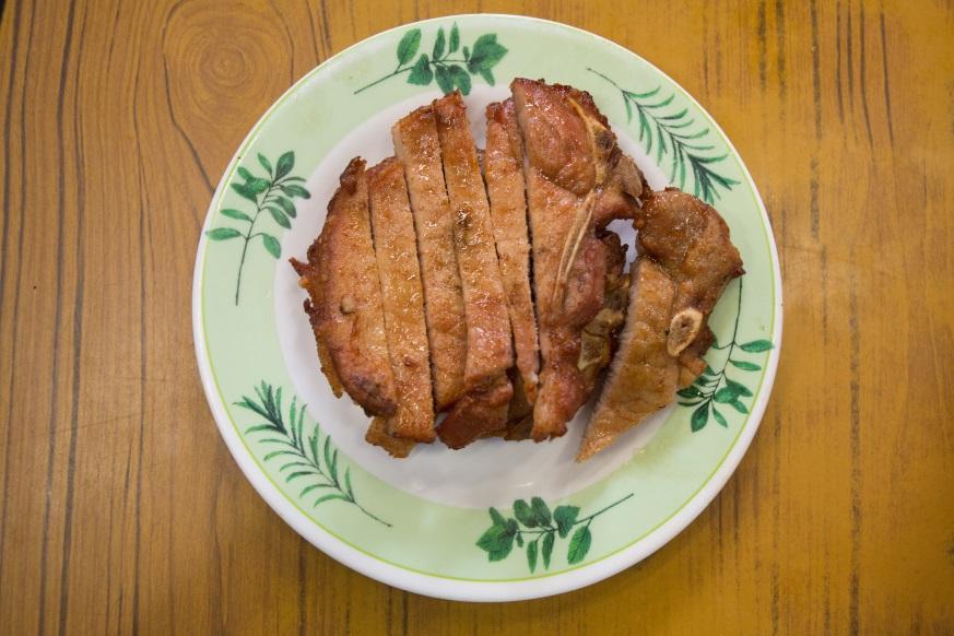 一客秘製豬扒,用甜豉油、小辣椒醃過,鹹香可口,引得不少人慕名而來。