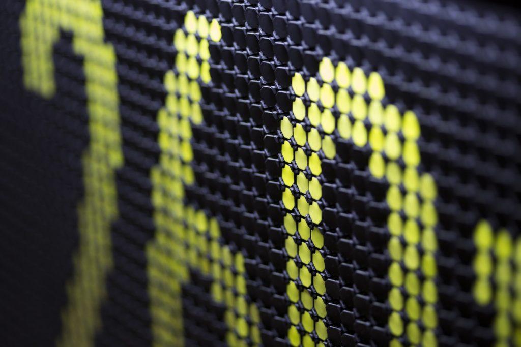 磁點顯示牌上世紀九十年代末廣泛使用於巴士。它利用電磁鐵令極性轉換,翻揭磁點顯示目的地及巴士號碼。