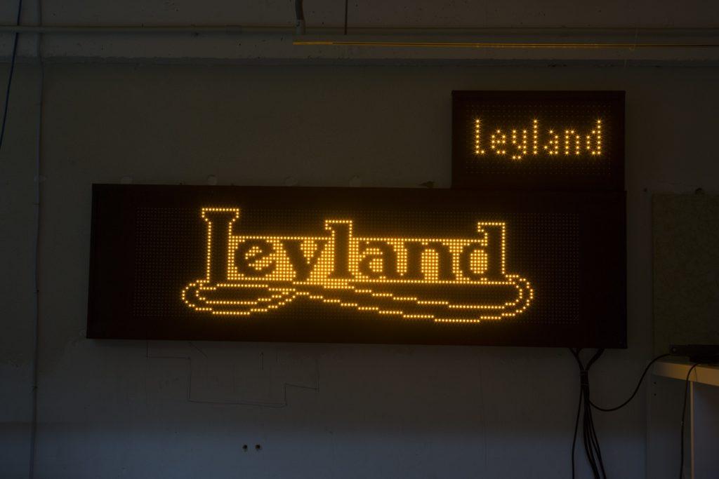2012年巴士全線轉用橙色LED燈牌顯示。圖中為Raymond替客人訂造的燈牌。