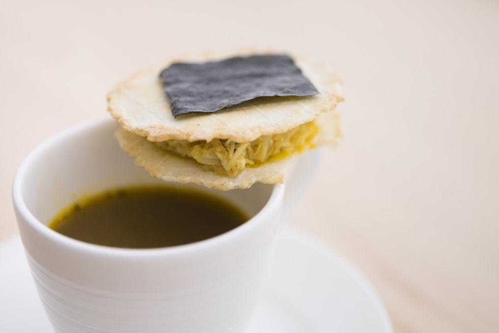 大閘蟹濃湯配黑魚子威 壽司芳以破格和創意見稱,擅長用歐洲食材、西餐賣相去表現摩登日本菜。