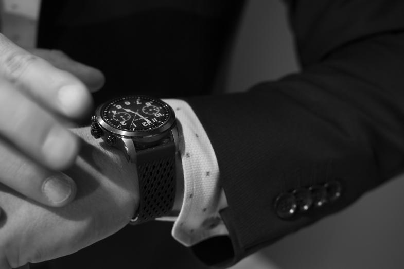 第一代46mm的Summit智能錶被外界批評太大太笨重,來到第二代改用Wear OS by Google,以42mm尺寸示人,14.4mm的厚度適中,卻有個人化曆程助手,不贅了。