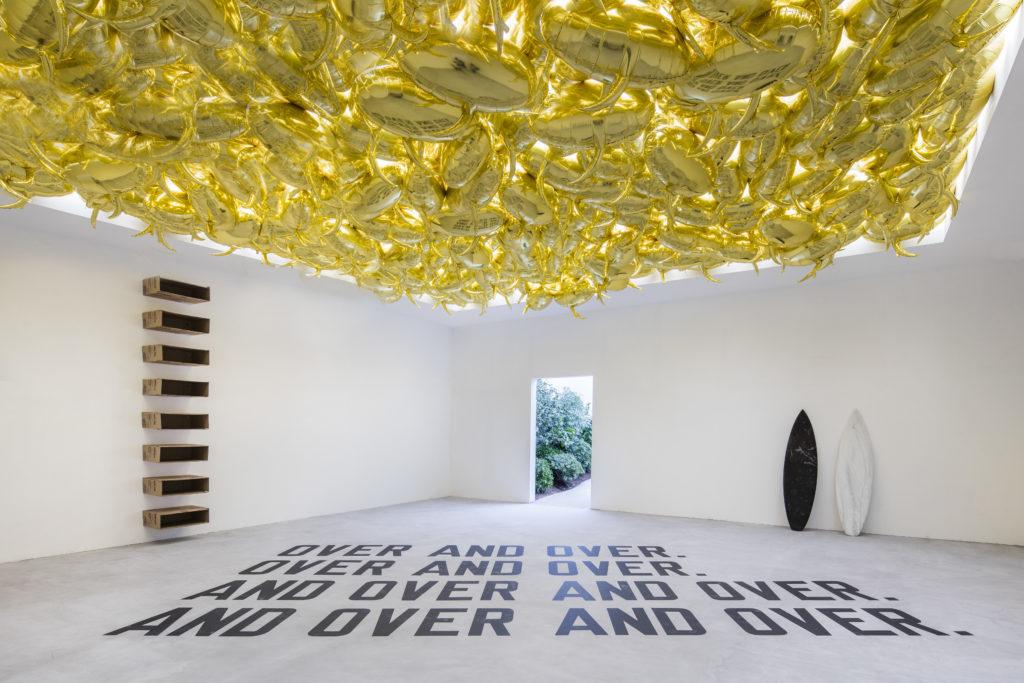 展覽以房間為單位,單一房間時有多位藝術家的作品,開展對話。如這房間內Philippe Parreno 的《Speech Bubbles》,大量對話方塊式的單色氣球漂浮天花板上,與Lawrence Weiner地面上的標語作品,是一場後設的對話。