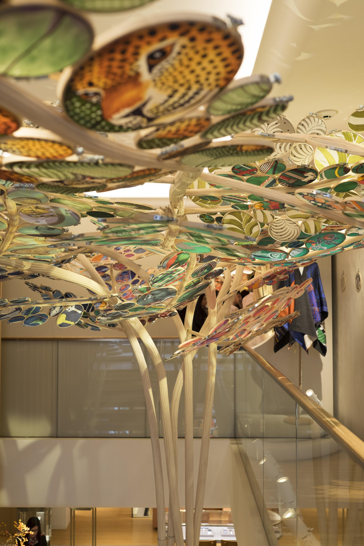 展場共有十一棵布藝樹,其中這棵從店舖底層向上伸延至三樓。手工竹蒸籠具香港特色,張晉瑋把同樣圓弧的竹製刺繡框放於裝置之中,隱隱滲出本土味道。